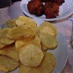Patate fresche fritte e polpette di pomodori
