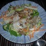 Entrée : rouleaux de pâte de riz au porc, légumes croquants oigons frits