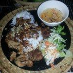 Plat : nouilles de riz accompagnées de boulettes et lamelles de viande de porc, cacahuèts et sau