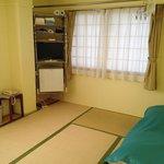 Habitación (ventana y espacio para los futones)