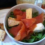 Salada de rúcula com salmão defumado e queijo brie