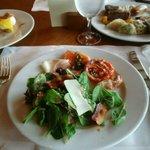 サラダと前菜 肉厚のサーモン、各種ハム類、トマトのソテーが美味