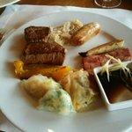 テンダーロインステーキ、ソーセージ、厚切りベーコン、二種の蒸し餃子
