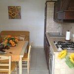 Cucina, tavolo e divano alloggio 'il paniere'