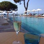 Champagner zum Frühstück mit Blick auf den Pool
