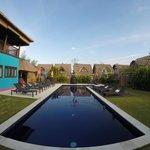 la piscine et les villas derrière