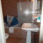 Geen deur in de badkamer, wc om de hoek :)