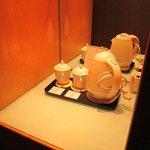 Peralatan kopi diatur dengan manis.