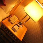 Lampu baca yang cukup terang di samping tempat tidur.