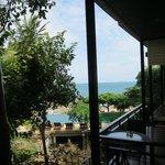 Udsigt fra vores værelse, hvor man kan se pool og havet