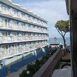 Вид с балкона апартаментов на основной корпус отеля и море