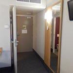 L'entrée de la chambre côté chambre.