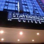 panneau nom de l'hotel en façade