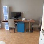 Le bureau et la télé.