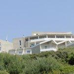 Blick vom Strand zum Haupthaus mit Panorama Restaurant