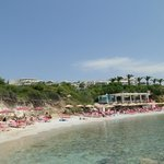 Der Strand mit Cavo Pountes Beach Bar