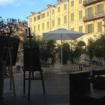 vue d'une des tables de la terrasse