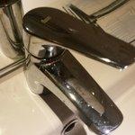 rubinetto subito dopo la pulizia degli addetti: sotto è ancora sporco come prima