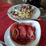 Салат из помидор с осминогами во фритюре