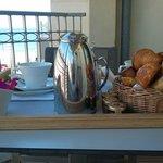 Petit déjeuner en terrasse en chambre vue moitié mer