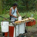 Indigena vendiendo Cocos