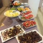 Tavolo a buffet strepitoso con frutta e proffitterol.