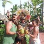 Con La Pluma en la fiesta del coco.