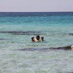 сбоку от нас видно небольшие рифы