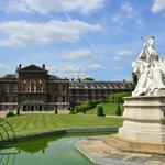 Памятник королеве Виктории на фоне Кёнсингтонского дворца