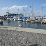 Platz vor dem Hotel - Hintergrund Fähre nach Meersburg