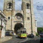 Il tram 28 nel quartiere Alfama davanti alla Sé, la cattedrale.