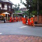 La procession des bonzes au coin de la rue à 5h30 du matin