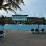 la piscine et l'hotel