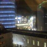 六階なので、目の前でビルの間を電車が通ります