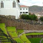 vista  del muro antiguo, que linda con los vecinos