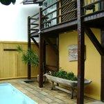 imagen del jardín y balcón de una habitación