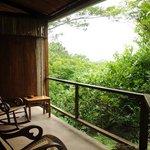 chaises berçantes sur balcon de chambre