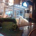 frente hotel de noche