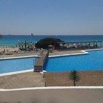 piscina e mare dal resort