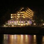 Vista nocturna desde un embarcadero que te lleva a formentera y otros lugares de la isla