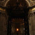 O Baldaquino está localido bem no centro da Basilica