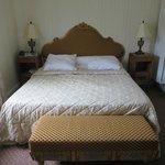 Superior kamer net een bed en twee kastjes breed