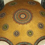 Узоры под куполом фонтана