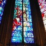 de gauche à droite, la 3° baie (la crucifixion) de Jacques Villon