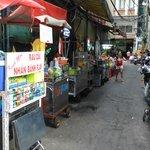 """Petite ruelle """"cuisine"""" à côté du SANOUVA"""