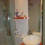 Salle de bain, étroite mais fonctionnelle,