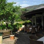 Die Terrasse vor der Bar mit Bedienung.und Blick ins Tal
