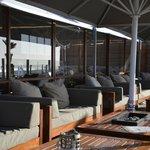Loungebanken met uitzicht op het strand en de zee