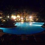 vista notturna della piscina