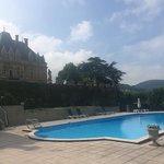 Zwembad met een mooi zicht op de vallei en op het kasteel